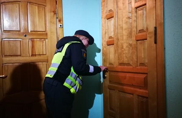 Antroji Jonavos policijos akcija daugiabučiuose: tikrino, ar gyventojai užsirakina duris