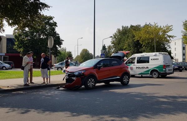 Avarija miesto centre - sugadintas apynaujis automobilis