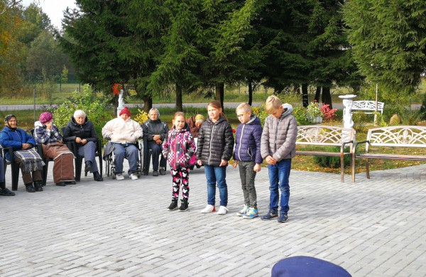 Tarptautinės pagyvenusių žmonių dienos proga pasveikinti  Ruklos senjorai