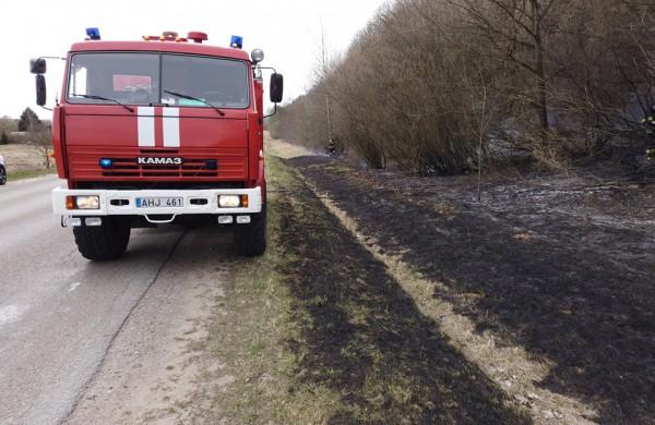 Šalia kelio Jonava – Kurmagala degė žolė