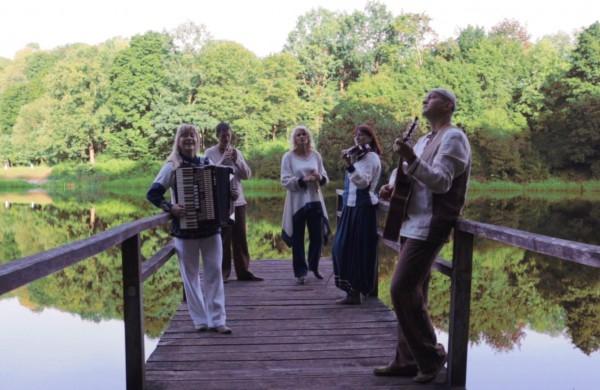 Jonaviečių grupė AISVA pristato naują klipą, kuriame persipina lietuviško modernaus folkloro ir Madagaskaro salos melodijos