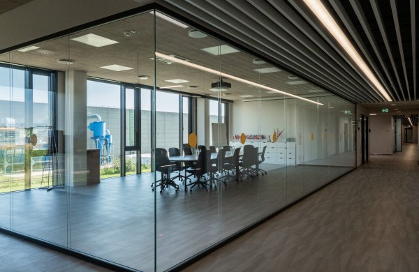 """Naujai pastatytoje """"Fredos"""" gamykloje krizė negresia – atlyginimai viršija 1000 eurų"""