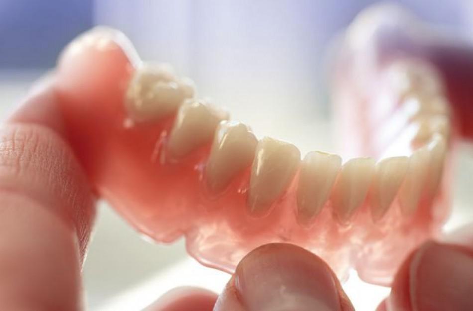 Dantų protezavimo laukiančiųjų eilės tirpsta