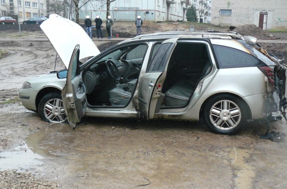 Rukloje galimai tyčia padegtas automobilis