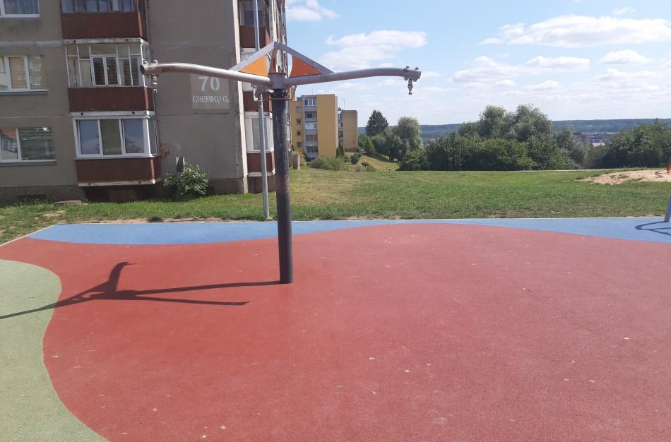 Vaikų žaidimų aikštelėje susižalojus mergaitei, vienos supynės - nukabintos