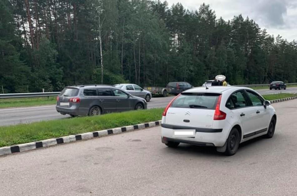 """Girtas """"VW Passat"""" vairuotojas atsitrenkė į motociklininką"""