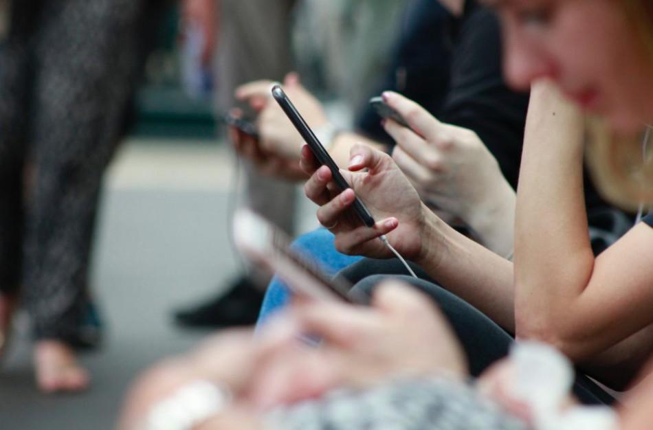 Sparčiai augo skambučių ir interneto paslaugų apimtys