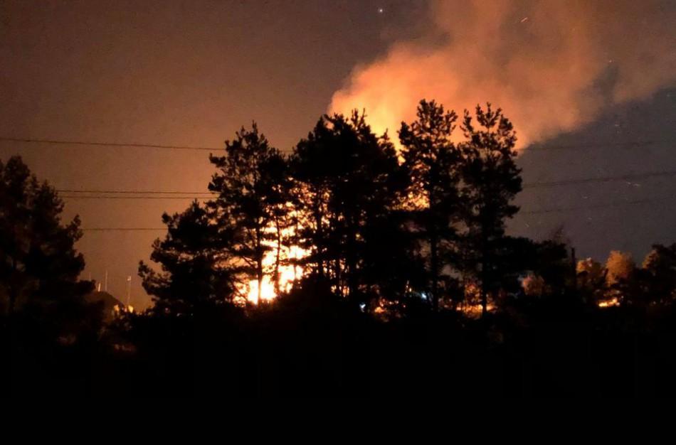 Užusalių kaime vakare įsiplieskusi ugnis rusena iki šiol