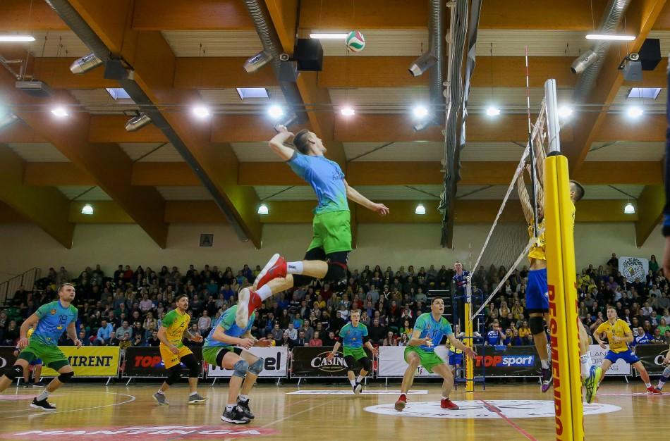 Startuoja su iššūkiais susiduriantys Lietuvos tinklinio čempionatai