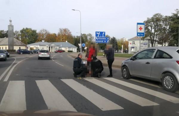 Pėsčiųjų perėjoje automobilis parbloškė moterį
