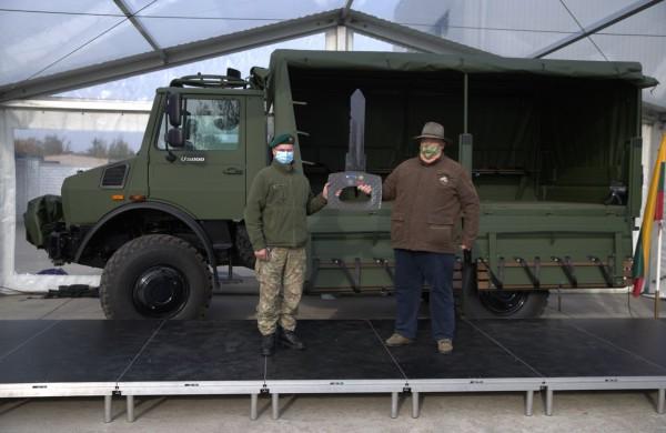 """Lietuvos kariuomenei perduoti dar  142 nauji sunkvežimiai """"Unimog"""""""