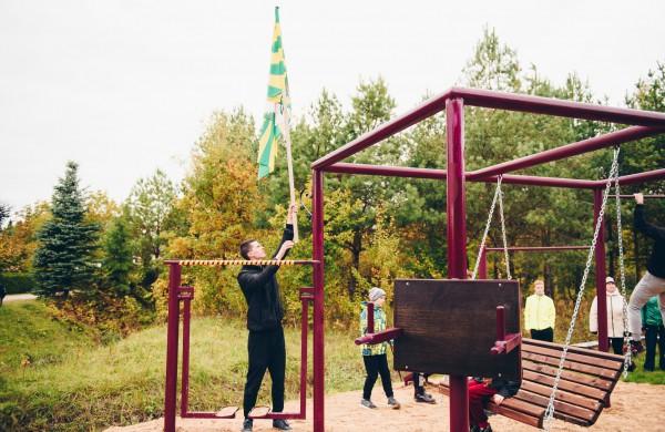 Išoruose įrengta lauko treniruoklių aikštelė