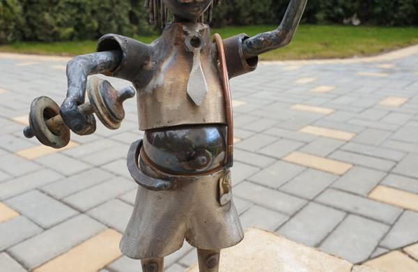 Jonaviečiai savo kiemą pavertė geležiniu rojaus kampeliu: jame pastatytos skulptūros sužavėjo ir japonus