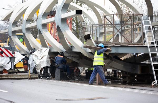 Tęsiasi pėsčiųjų tilto montavimo darbai