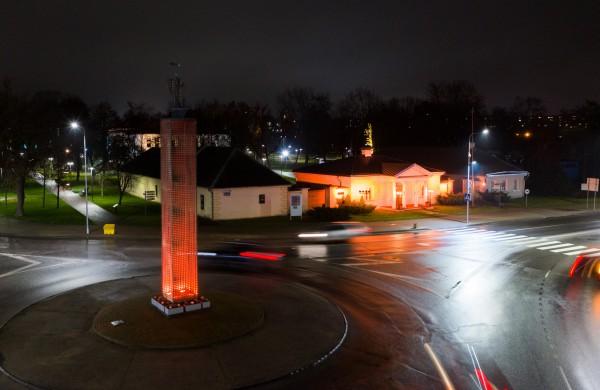 Jonavos kultūros centro Krašto muziejus ir Jonavos Šviesos bokštas nušvito oranžine spalva
