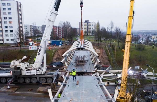 Pėsčiųjų tiltas užkeltas ant laikinų atramų