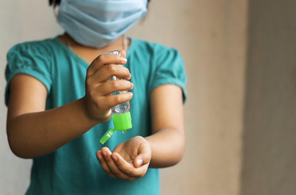 Pasigenda logikos: vienas vaikas galimai turėjo artimą kontaktą su sergančiu koronavirusu, kitas - toliau eina į mokyklą