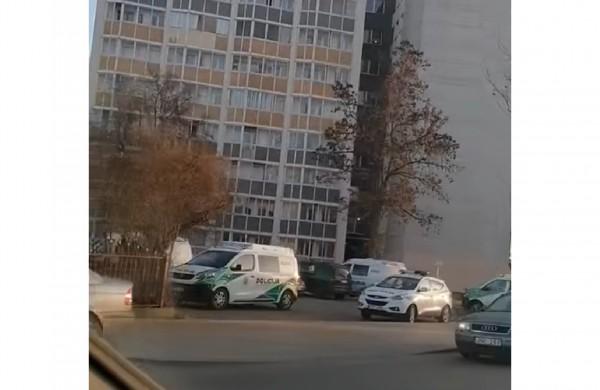 Panerių gatvėje - gausios pareigūnų pajėgos: rastas vyro kūnas