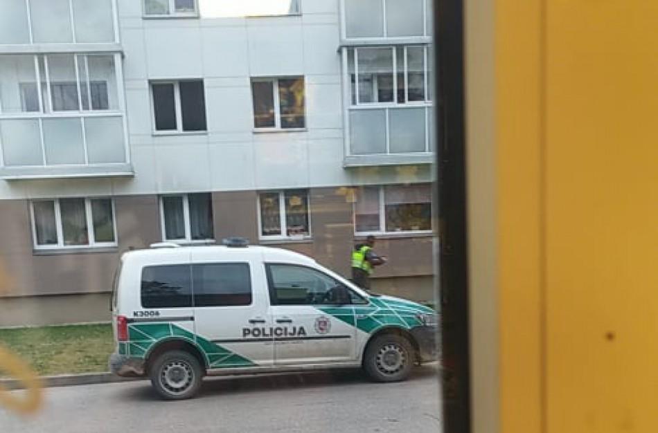 Patruliuodami pareigūnai aptiko per balkoną iškritusią moterį su lūžusia koja