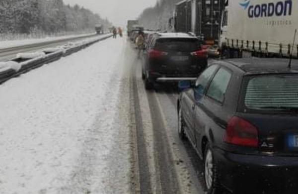 Vilkikui nuvažiavus nuo kelio, kiti vairuotojai laikinai buvo strigę spūstyje