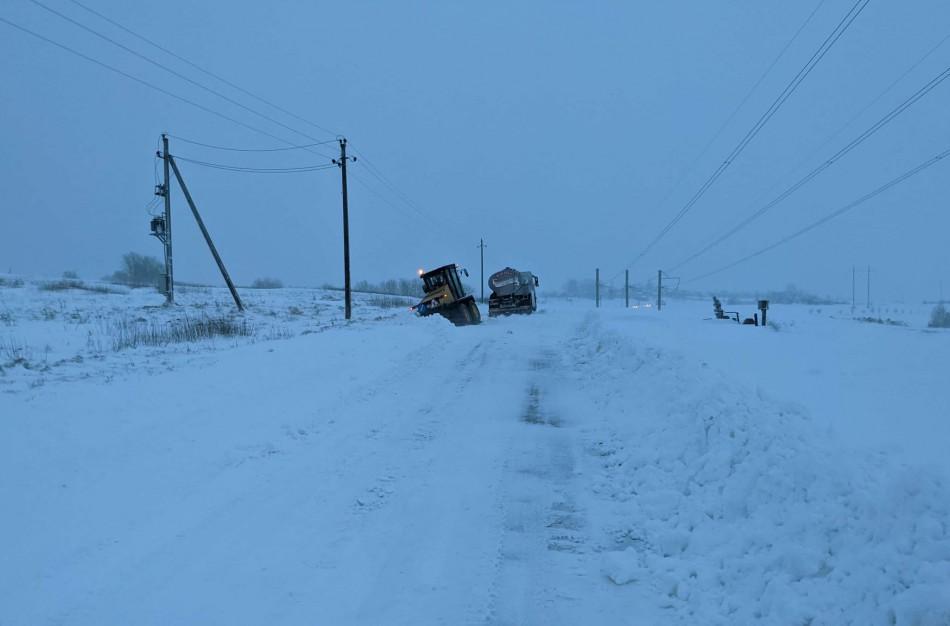 Stichija tęsiasi: sniego valymo mašina pati užklimpo sniege, rajone virsta medžiai