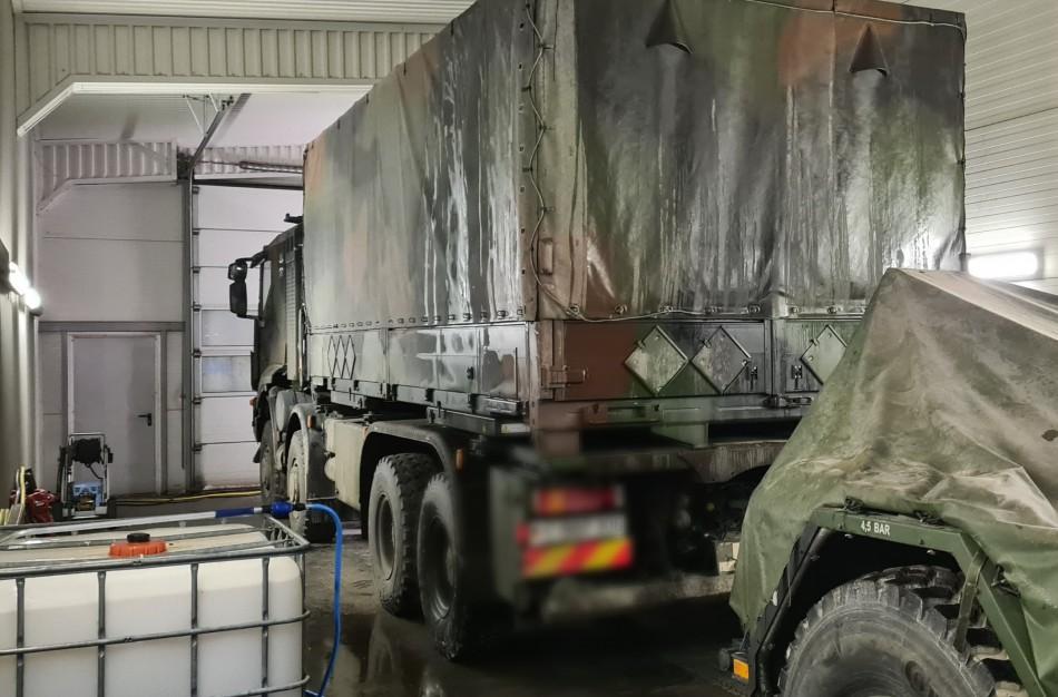 """Bendrovės """"Jonavos autobusai"""" plovykloje vykdyta karinės technikos dezinfekcija"""