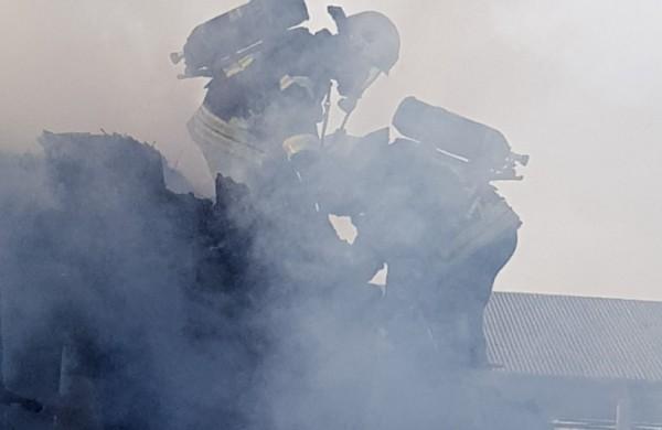 Savaitgalį šalies gaisruose žuvo 3 žmonės, liepsnojo gyvenamieji namai, pusnyse klimpo medikų ir policijos automobiliai