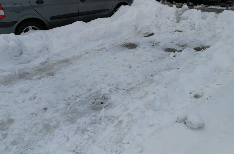 Sniego gniaužtuose įkalintuose kiemuose – kova dėl vietos automobiliams: vieniems nusikasus, kiti suskubo naudotis
