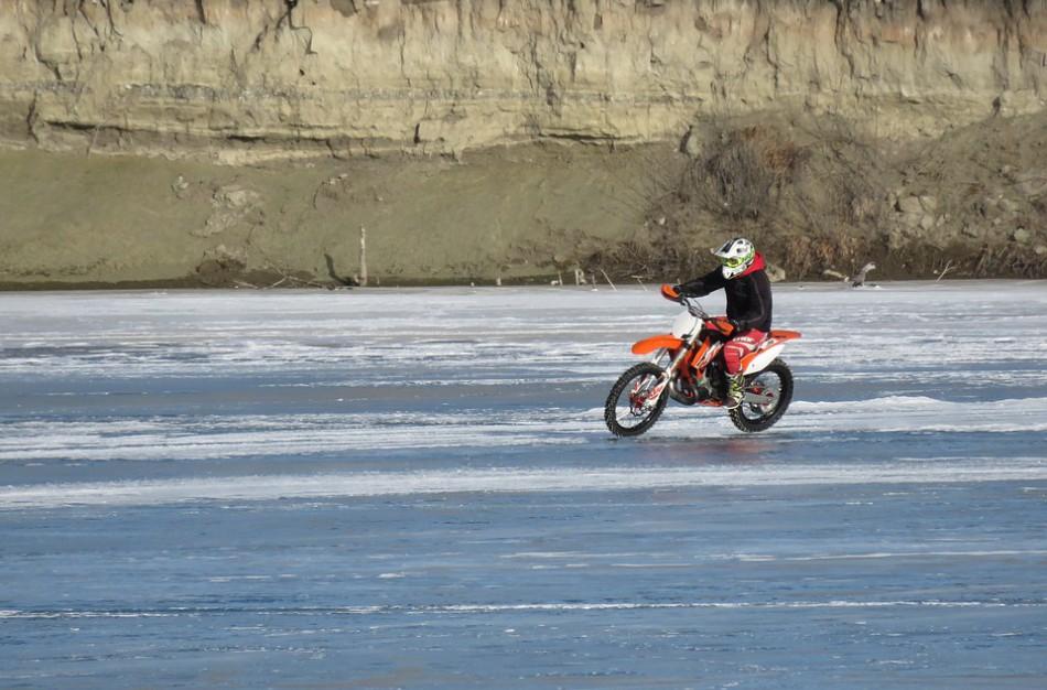 Policija įspėja: važinėjimasis ant užšalusių vandens telkinių užtraukia atsakomybę