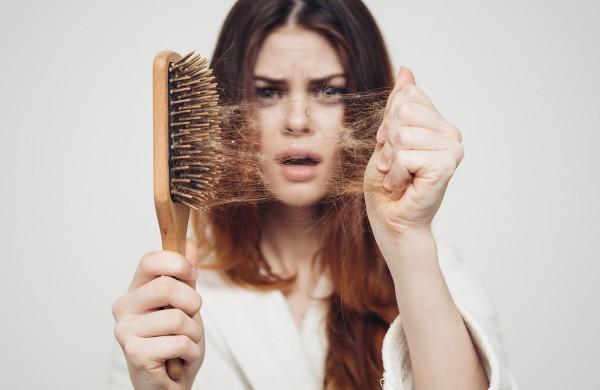 Nuo plaukų slinkimo padės tradicinės liaudiškos priemonės ir čemeryčių vanduo