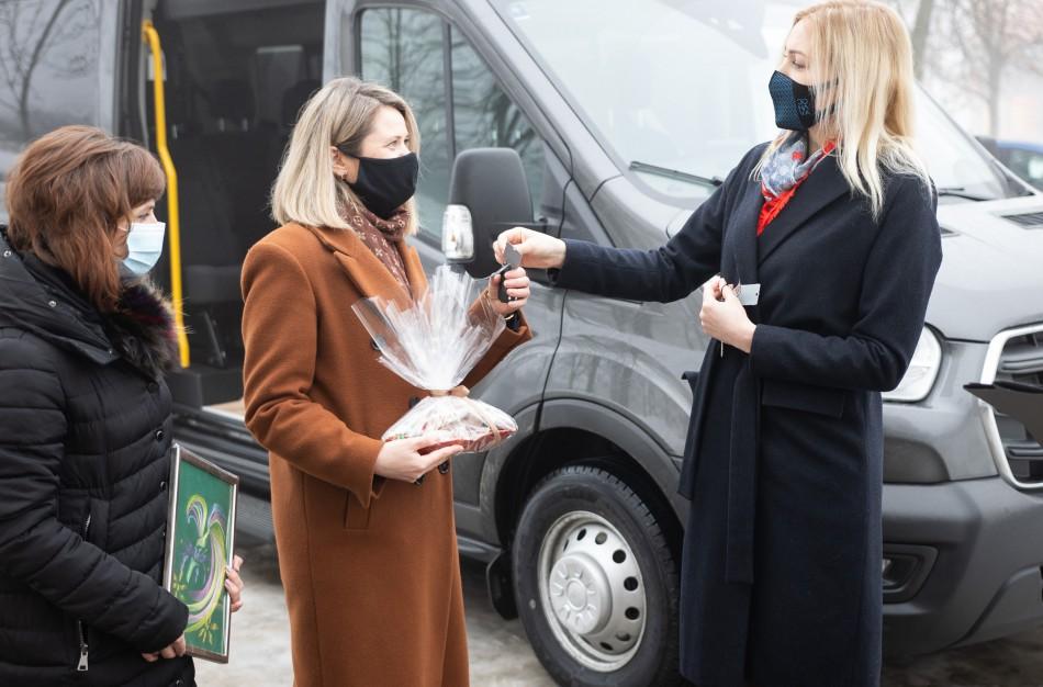 Socialinėms įstaigoms perduoti du nauji autobusiukai