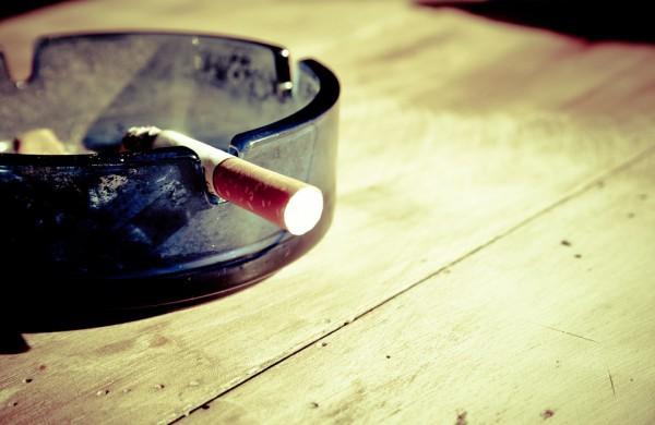 Pavasaris apnuogino neatsakingų rūkalių elgesį: pastarasis gali atsieiti ir nemenką piniginę baudą