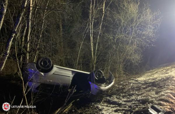 """Toyota Corolla Verso"" apvirtus ant stogo nukentėjo vairuotoja"