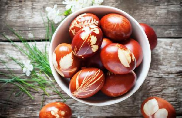5 lengvi būdai kiaušinius marginti natūraliai