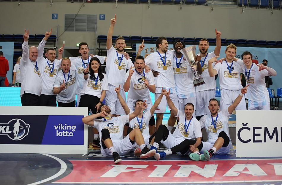 """Finale dominavusi Jonavos """"CBet"""" pirmą kartą klubo istorijoje iškovojo NKL-VIKINGLOTTO čempionų titulą ir teisę žaisti Lietuvos krepšinio lygoje."""
