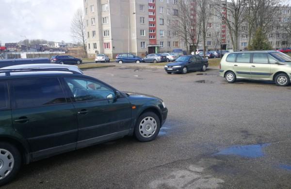 Seimas po svarstymo pritarė siūlymui griežtinti atsakomybę už neeksploatuojamų automobilių laikymą bendrojo naudojimo kiemuose