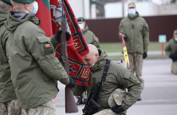 """Prisiekusius karius pasveikinęs krašto apsaugos ministras  A. Anušauskas: """"Labai svarbu suprasti saugumo aplinką ir patiems prisiimti atsakomybę už Lietuvos saugumą"""""""
