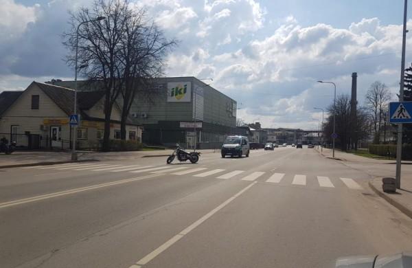 Prieš perėją stabdęs motociklo vairuotojas  nesuvaldė savo transporto priemonės