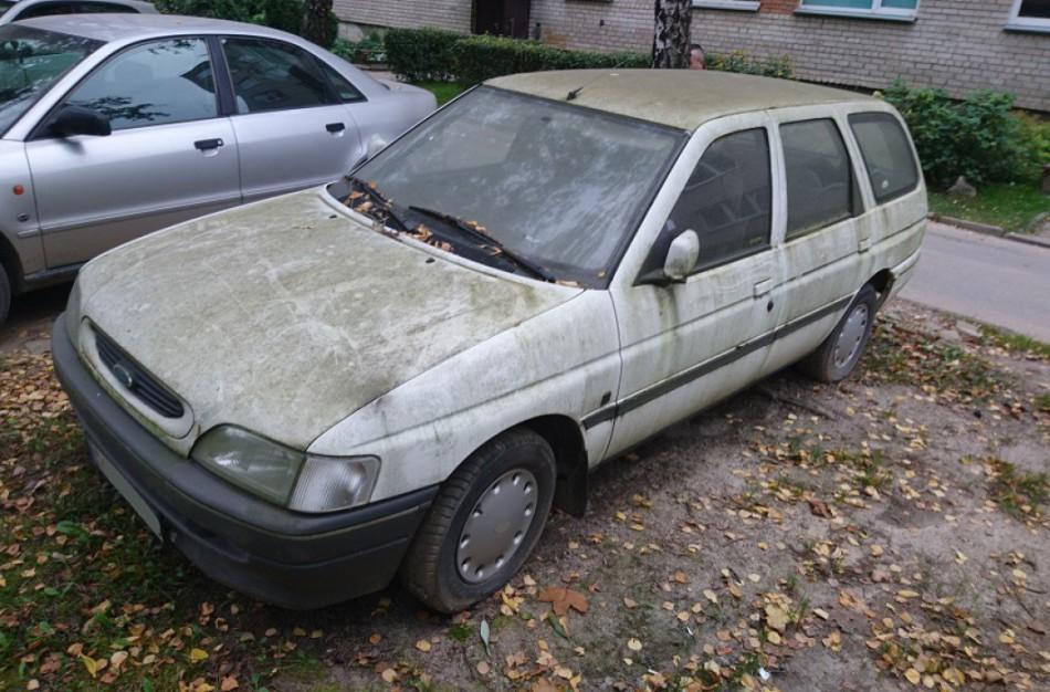 Seimas sugriežtino atsakomybę už neeksploatuojamų automobilių laikymą bendrojo naudojimo kiemuose