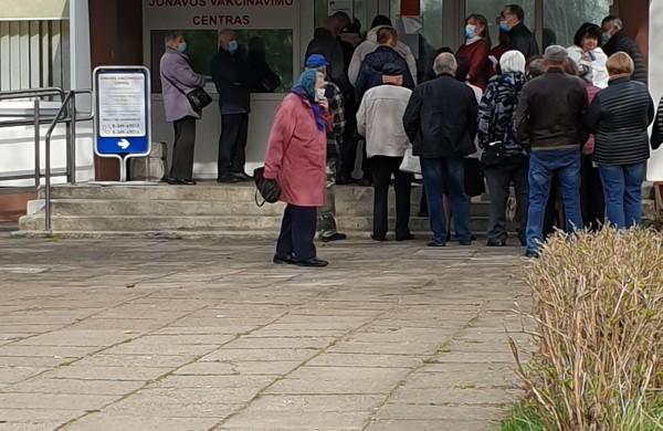 Šalia vakcinacijos centro nusidriekus jonaviečių eilėms, planuojama imtis papildomų saugumo priemonių
