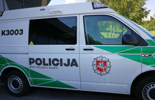 Jonavos gatvėse - motorolerio vairuotojo gaudynės: važiavo ne tik prieš eismą, laukais, bet ir dviračių takais