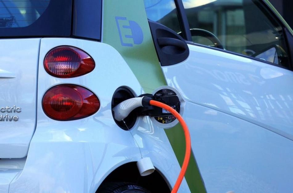 Iki 5 tūkst. eurų bus didinamos kompensacinės išmokos gyventojams už įsigytą elektromobilį