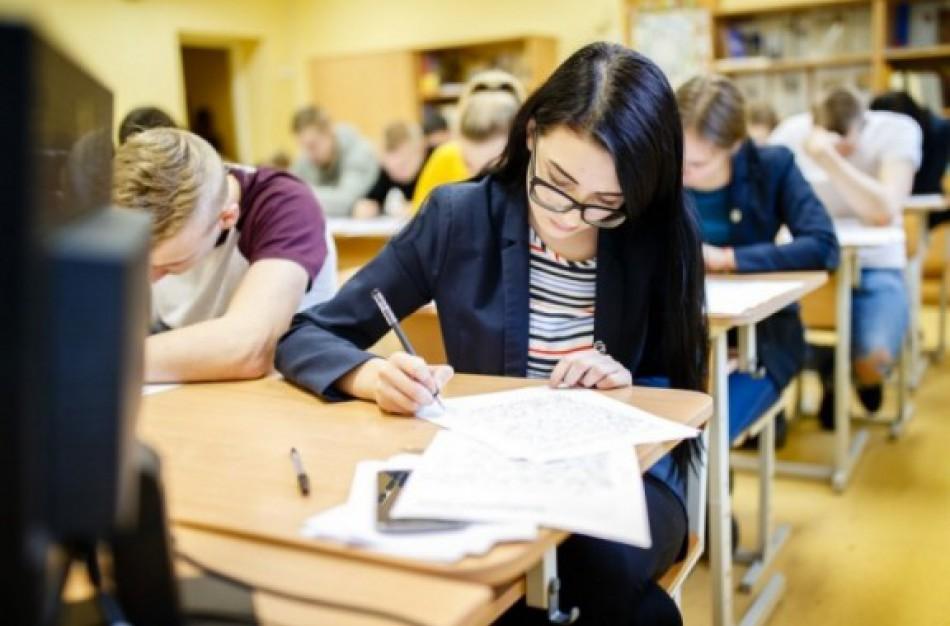 Nuo pirmadienio abiturientai grįžta į mokyklas: kokių taisyklių turi būti laikomasi