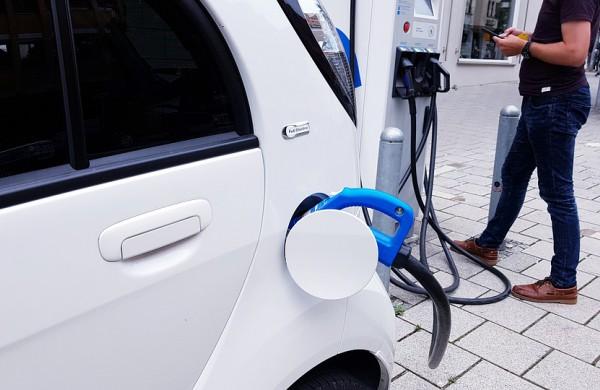 Elektromobilių pardavimas pasaulyje spartėja, tačiau būtina vyriausybės pagalba, teigia energetikos agentūra