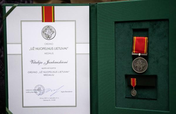 Rajono vadovai pasveikino Prezidento medaliu apdovanotą jonavietę