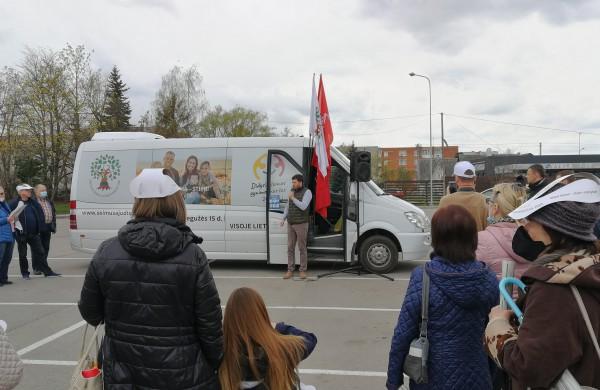 """Jonavoje apsilankė """"Didžiojo Šeimos Gynimo Maršo"""" autobusiukas"""