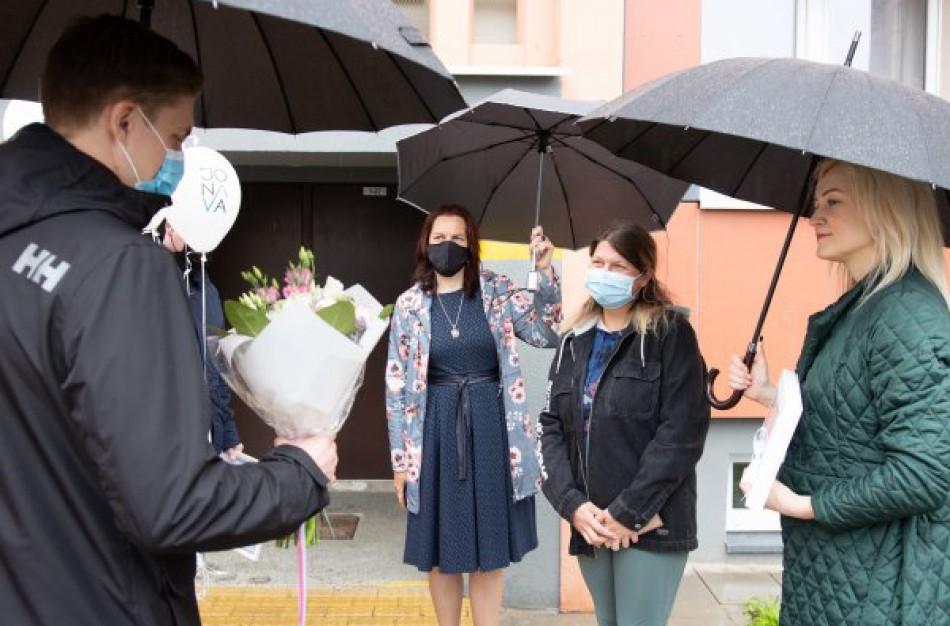 Rajono vadovai pasveikino trynukų sulaukusią šeimą