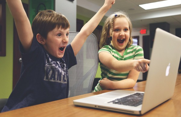 Psichologė pataria tėvams, kaip elgtis, kad jų vaikai netaptų taikiniais internete