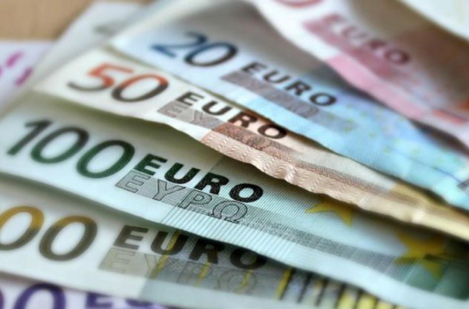 Darbo užmokestį ir dienpinigius numatoma leisti išmokėti tik bankiniu pavedimu