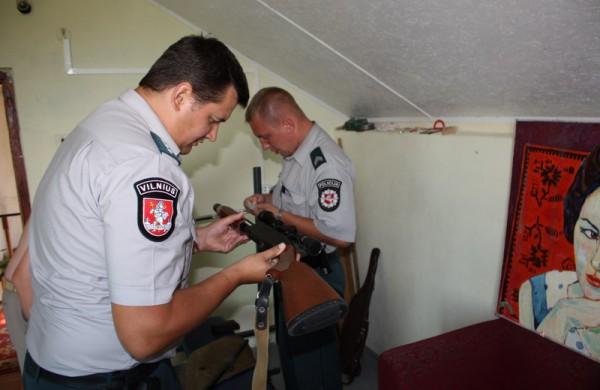 Policija primena - liko trys mėnesiai, kai netinkami naudoti ir signaliniai ginklai gali būti legalizuojami